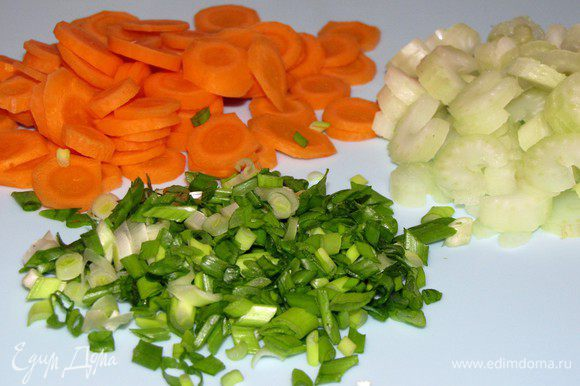 Нарежьте зеленый лук мелко, а морковь и сельдерей тонкими кружочками.