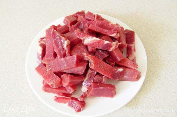 Мясо нарезать соломкой. Обжарить в растительном масле до корочки, слегка посолить. Выложить мясо в отдельную посуду. В сотейнике обжарить картофель соломкой и тоже выложить в отдельную посуду. Мясо вернуть обратно в сотейник.