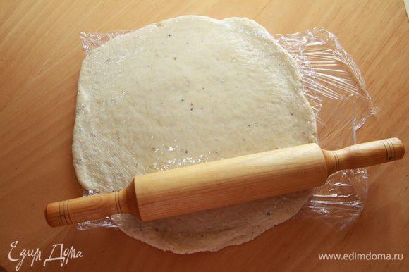 Раскатать каждую часть теста через пищевую плёнку.