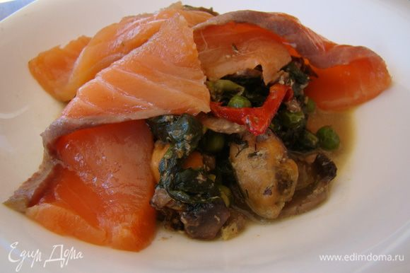 Подаем как салат или горячую закуску, предварительно положив пару ломтиков свежей рыбки. Приятного аппетита!