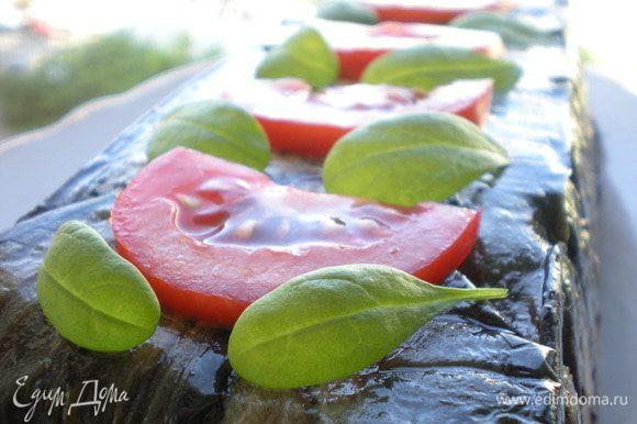 Украсить помидоркой и зеленью.