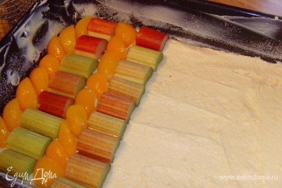 Тесто равномерно распределить по форме. Ревень и абрикосы уложить плотно рядами, порядок произвольный, но фрукта должна быть расположена вплотную.