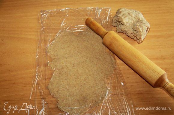 Раскатать тесто толщиной 2-3 мм. (я смогла только через пищевую плёнку, тесто липнет к столу). Включить духовку на 190*С.