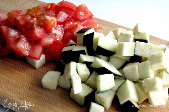 Баклажан и помидоры нарезать кубиками.