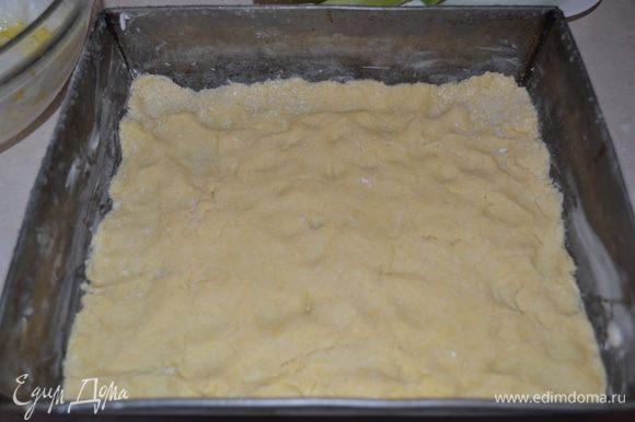 Вынимаем тесто с холодильника, раскачиваем и выкладываем в форму для выпечки.