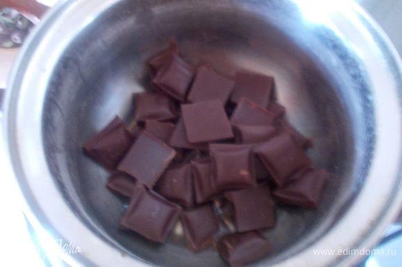 На водяную баню поставить растапливаться шоколад с 4 ст.л. воды.