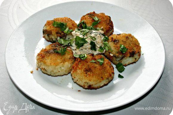 Подавайте картофельные котлетки с соусом, посыпав сверху оставшимся щавелем.