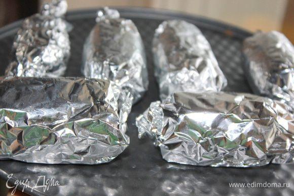 Сформировать сырки. Из 2-х пачек творога у меня вышло 8 сырков. Положить сырки на фольгу и завернуть как конфету. Положить в морозилку, чтобы они немного застыли.
