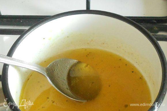 Вскипятить бульон, добавив в него уксус, соль, перец, мёд и оливковое масло.