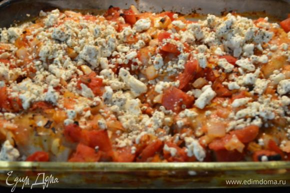 Выложим в жаропрочное блюдо части курицы и помидоры с луком. Если у вас не грудки готовим примерно 40 мин. Затем достанем из духовки. посыпаем сверху фетой и поставим обратно на 15 мин.