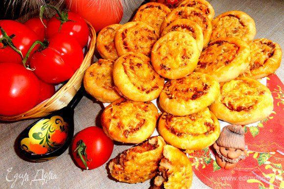 К супу-похлёбке отлично подойдут такие плюшки-пирожки с мясом (http://www.edimdoma.ru/retsepty/54835-myagkie-kartofelnye-plyushki-s-myasnoy-prosloechkoy).