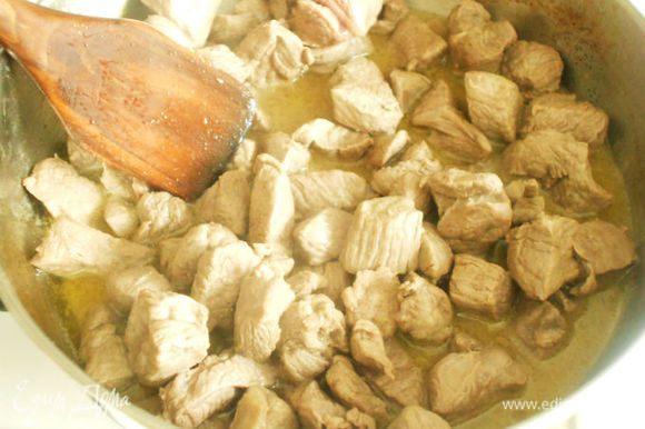 Филе баранины поджарить в сотейнике до румяной корочки, посолить и поперчить. Потом добавить муку, перемешать и залить белым вином, довести до кипения.