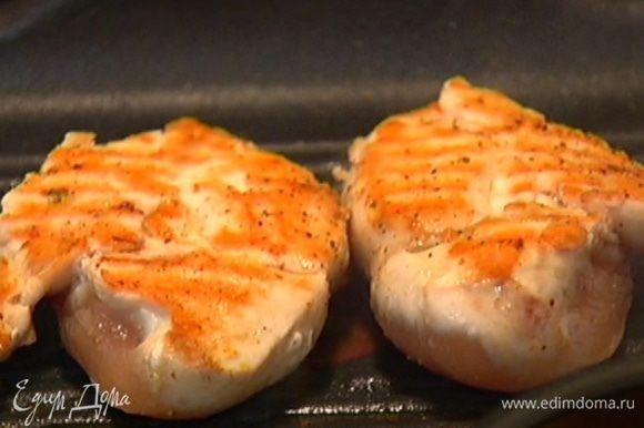 Разогреть сковороду-гриль и обжаривать филе по 3–4 минуты с каждой стороны.