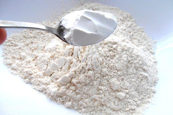 В муку добавляем соль и разрыхлитель.