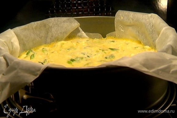 Вынуть из холодильника творожно-рисовый корж, вылить на него взбитое яйцо и равномерно распределить. Сверху разложить начинку и отправить форму в разогретую духовку на 25 минут.