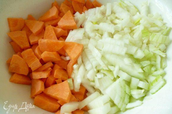 Лук нарезать мелким кубиком,морковь кусочками,чеснок нарезать мелко.