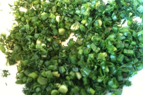 Измельченную зелень лука и укропа чуток посолить и помять до сока!