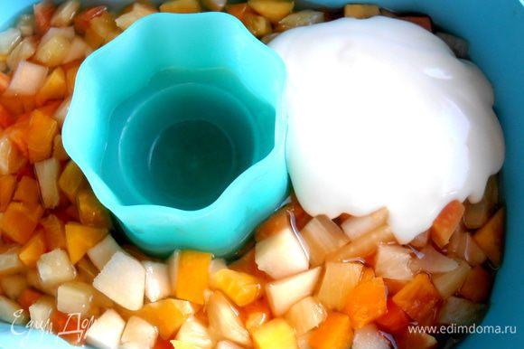 Когда фрукты застынут в сиропе,начинаем покрывать их творогом...