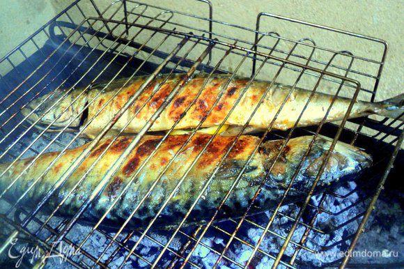 Смешать 0.5 стакана темного пива (остальное пиво прекрасно подойдет к уже готовой рыбе!) и оливковое масло. Смазывать этой смесью рыбу как можно чаще, периодически переворачивая. Готовить примерно 10-15 минут.