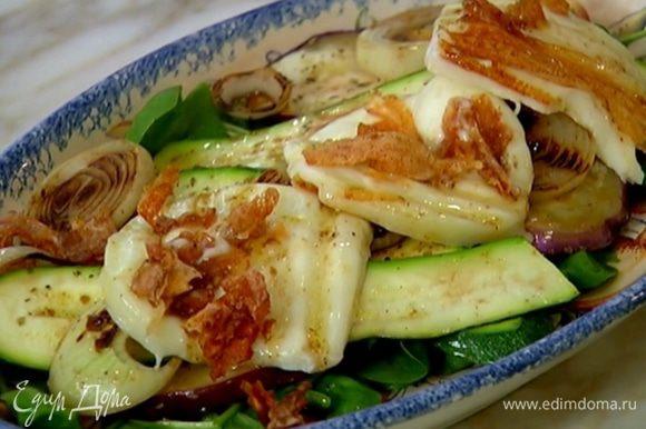 На тарелку выложить шпинат, сбрызнуть частью заправки, сверху поместить овощи, лук, сыр и полить все оставшейся заправкой. Украсить листьями базилика.