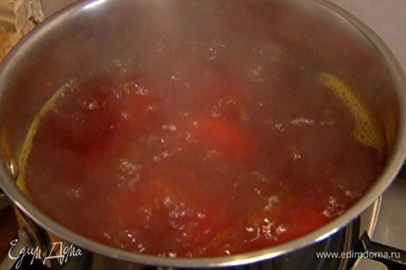 Картофель почистить и целиком отварить до готовности в подсоленной воде с добавлением куркумы, затем воду слить.