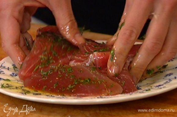 Рыбу посолить и смазать пряным маслом со всех сторон.