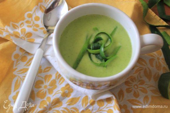 В конце украшаем суп полосками кожицы и убираем в холодильник минимум на 2 часа - до полного остывания. Приятного аппетита!