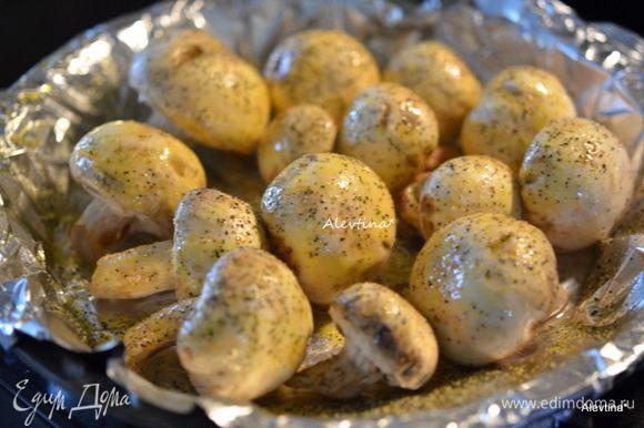 Грибы свежие помыть, ножки почистить. Смазать оливковым маслом. Посолить и поперчить. Выложить в блюдо для запекания. И поставить в духовку на 20 мин.