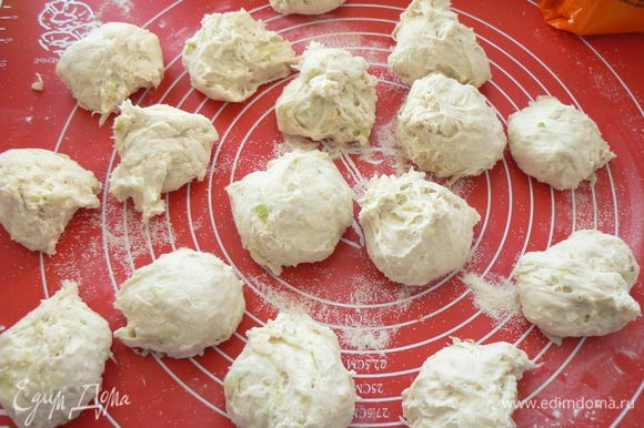 Затем тесто обмять ,посыпать разделочный коврик мукой, или манной крупой, или кунжутом и сформировать круглые булочки.