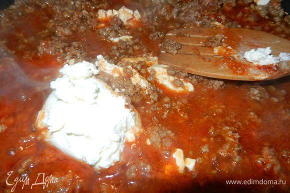 Добавить томатную пасту разведенную водой и потушить несколько минут. Влить бульон, вино и добавить сыр. Тщательно перемешать и оставить тушиться под крышкой на медленном огне.