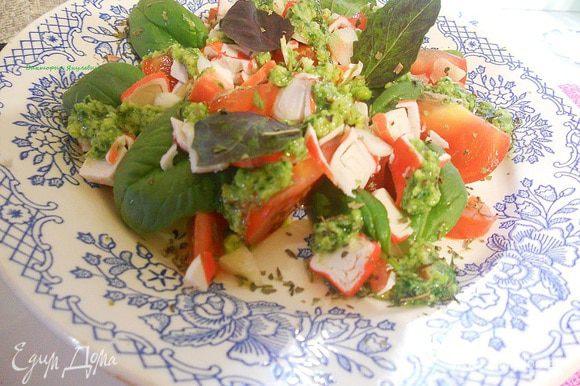Сверху на салат нарезать тонкими ломтиками чеснок, добавить листочки базилика, полить песто, поперчить, если нужно посолить.