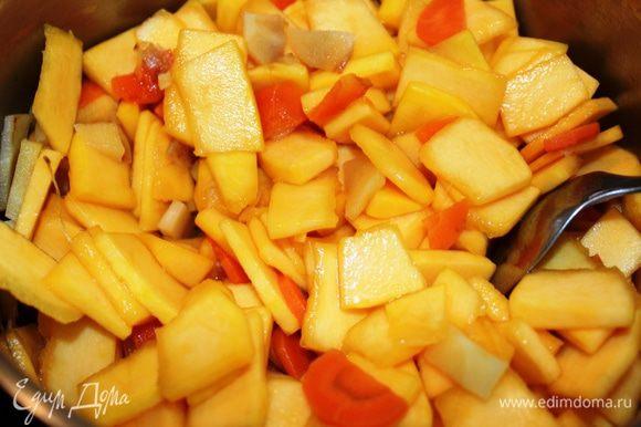 Добавить нарезанную тыкву, оставшийся сахар, посолить, влить воду и перемешать....довести до кипения, накрыть крышкой и тушить минут 20-30 (до готовности овощей), периодически помешивая