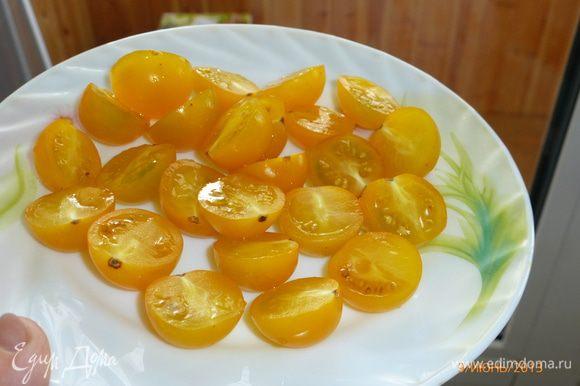Помидоры черри и перепелиные яйца разрезаем пополам. Можно использовать красные помидоры, у меня сегодня желтые)