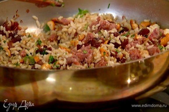 Кинзу мелко порубить и посыпать салат.