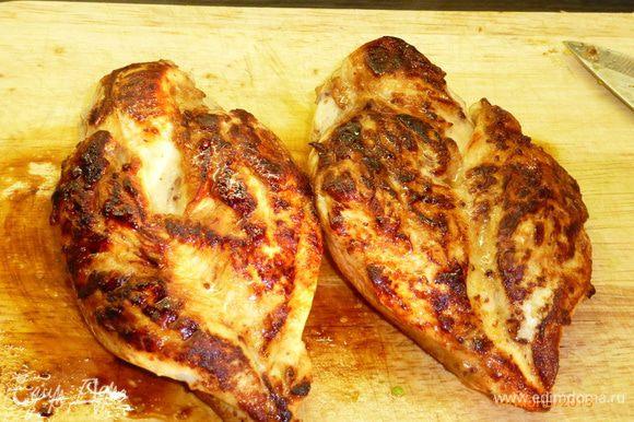 Куриное филе обжариваем на сковороде до готовности. Немного остужаем и нарезаем тонкими ломтиками.