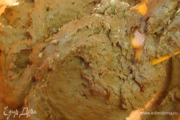 Добавить просеянную муку, какао и снова перемешать. Тесто получится довольно густое.
