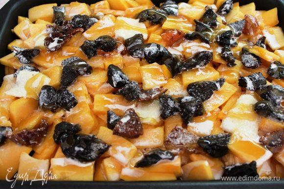 Сверху разложить оставшуюся часть тыквы и сухофруктов, присыпать сахаром (по желанию), полить медом и залить топленым молоком или сливками