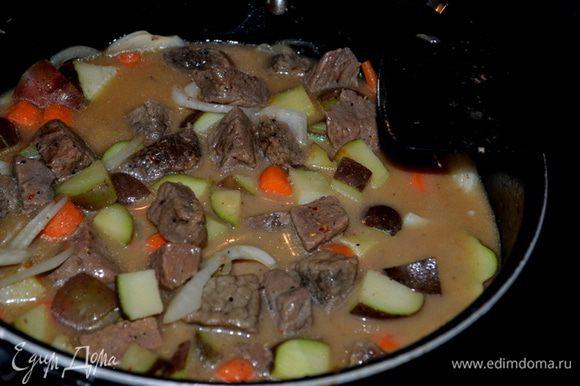 Смешаем муку и бульон. И выльем в общую массу. Перемешаем. Готовим примерно 2 мин. или как загустеет слегка соус с овощами и говядиной.