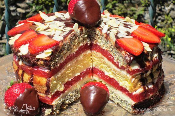 Верх торта залить оставшейся глазурью,украсить клубникой и миндальными лепестками.