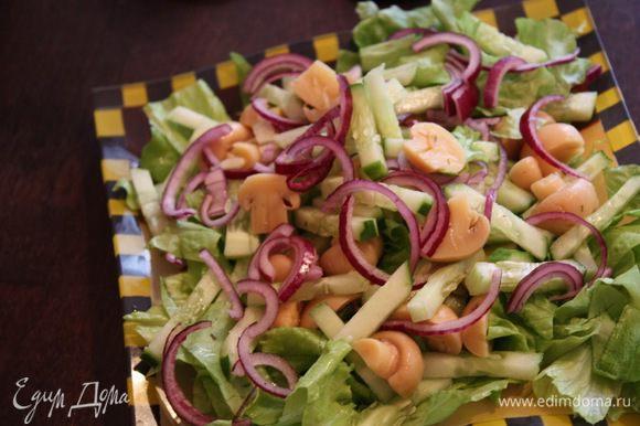 Тем временем нарезаем все остальные ингредиенты. Огурец тонкой соломкой, красный лук полукольцами, шампиньоны напополам, зеленый салат рвем руками или режем. Все перемешиваем и поливаем соевым соусом.