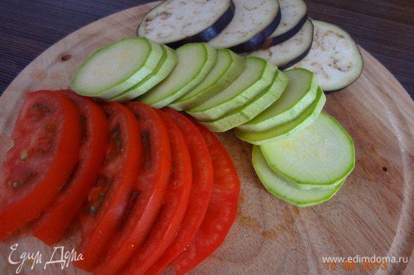 Овощи и зелень, вымыть, обсушить. Кабачок, баклажан и помидор порезать колечками толщиной 3-4 мм, баклажан присыпать солью и оставить на 10-15 минут.