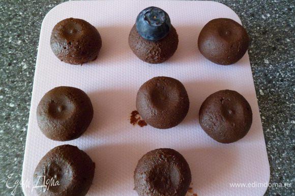 из шоколадной массы лепим шарики (8 шт). Ягодой делаем ямочки