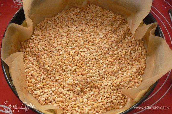 Сверху кладём бумагу для выпечки с грузом (фасоль, горох, рис, гречка). Помещаем в духовку при 180 градусах примерно на 15 минут.