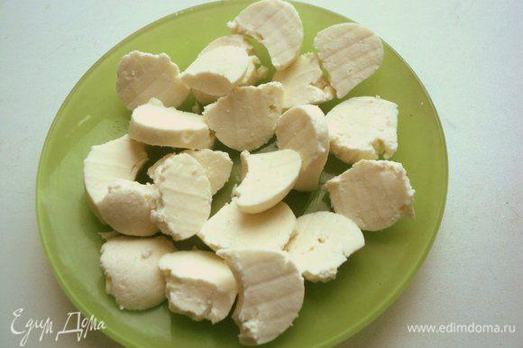 Сыр нарезать кубиками или, как я, вырезать специальной ложечкой шарики.