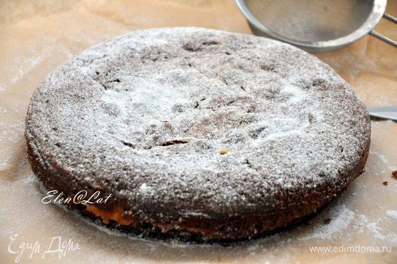 Поставьте форму с тестом в разогретую до 180С духовку примерно на 40 минут. Готовность проверяйте шпажкой. Тесто очень нежное и может сразу показаться, что пирог не готов, но если шпажка сухая, но все доставайте пирог из духовки и слегка остудив, снимите бортики и дайте полностью остыть. Сверху можно пирог посыпать сахарной пудрой.