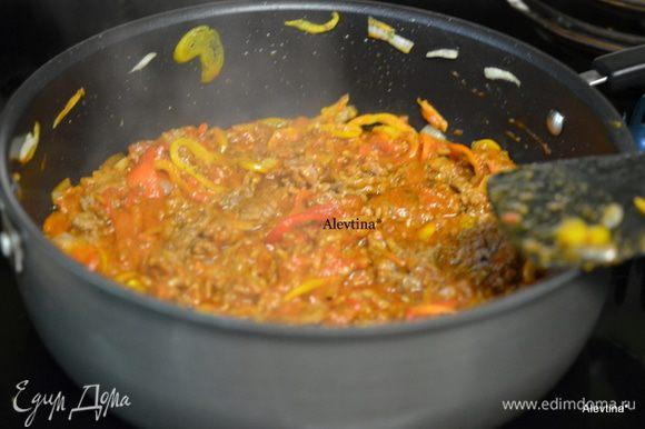 Разогреть духовку до 200 гр. Смазать блюдо жаропрочное прямоугольное оливковым маслом. На горячей сковороде обжарить говяжий фарш примерно 4 мин. Добавить порезанный цветной сладкий перец и лук, обжаривать еще 3 мин. Добавить томатный соус, итальянскую приправу, соль и перец по вкусу. Тушим несколько минут.