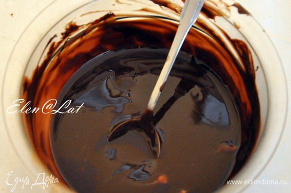 Для глазури: Растопить шоколад на водяной бане. Добавьте сливочное масло и перемешать до однородности. Горячую глазурь нанесите на рулет.