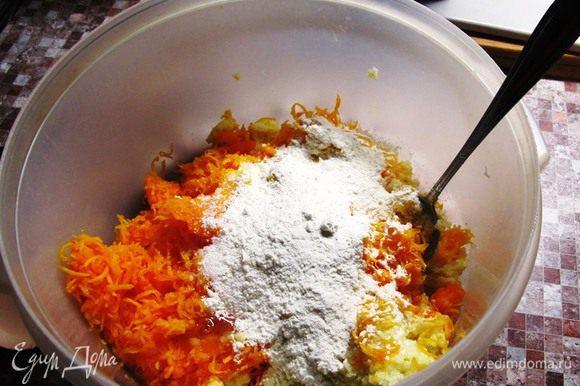 К кашке добавьте натертую на мелкой терке тыкву, сахарный песок, ванильный сахар, цедру, вбейте яйца. Хорошо перемешайте, и начинайте замешивать муку.