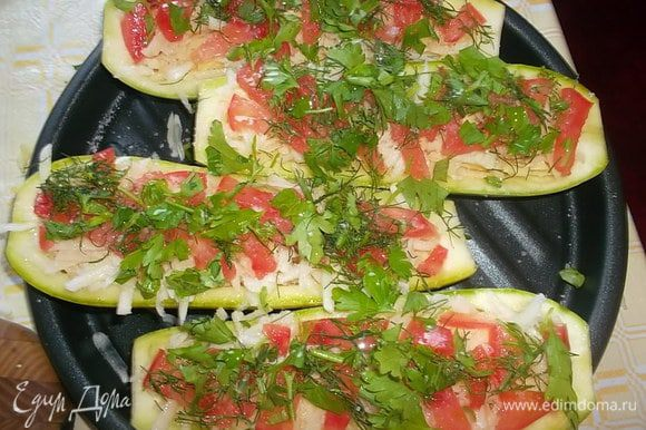 Выложить поверх картофеля помидор, чеснок и зелень. Посолить и еще раз сбрызнуть маслом...