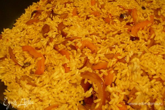 Рис промываем и всыпаем в сковороду. Обжариваем минуту-другую. Добавляем 450 мл воды, лимонную цедру и орегано. (У меня рис был коричневый, а он готовится дольше обычного - минут 40. Поэтому я его отварила примерно до полуготовности)